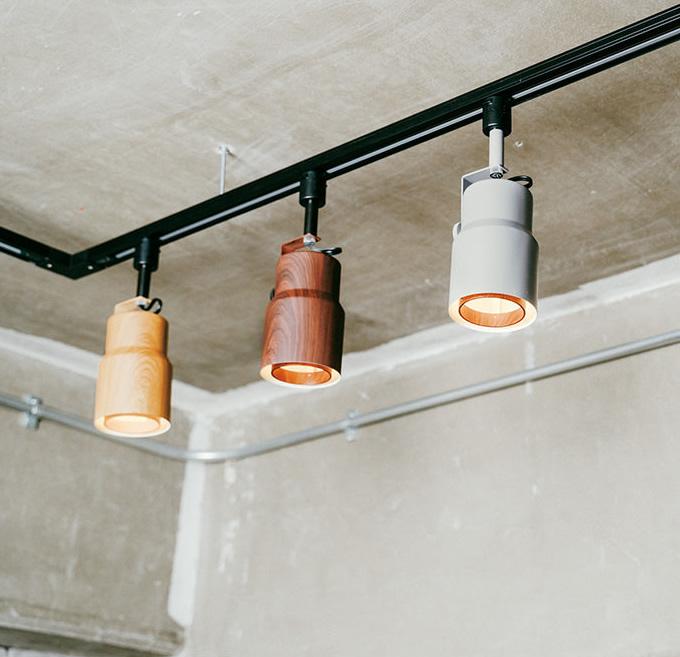 木調塗装のナチュラル系LEDスポットライト (店舗照明)